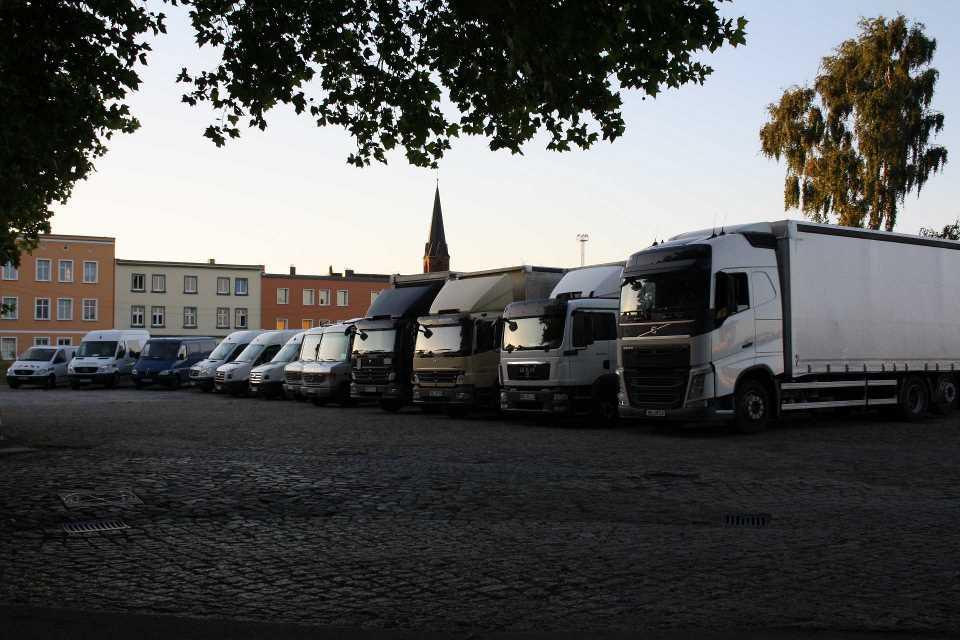 4 LKW sowie mehrere Transporter